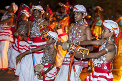 Les joueurs d'Udekki exécutent chez l'Esala Perahara à Kandy, Sri Lanka Images stock
