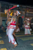 Les joueurs d'Udekki exécutent chez l'Esala Perahera à Kandy, Sri Lanka Photos stock