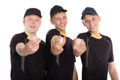Les joueurs de baseball maintiennent les boules dans ses mains Photographie stock