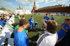 Les joueurs de football écoutent l'entraîneur Photographie stock libre de droits