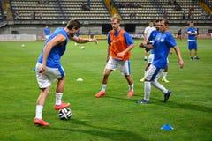 Les joueurs de football d'Ukrainnian sont échauffement Photos libres de droits