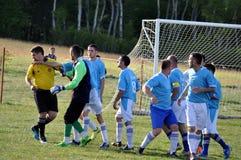 Les joueurs de football discutent avec des refereees Photo libre de droits