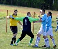 Les joueurs de football discutent avec des refereees, Dragash Photographie stock