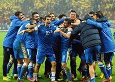 Les joueurs de football heureux célèbrent la qualification à la coupe du monde de la FIFA 2014 Image stock