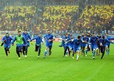 Les joueurs de football heureux célèbrent la qualification à la coupe du monde de la FIFA 2014 Images stock