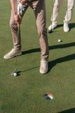 Les joueurs de golf professionnel étant prêts ont tiré une boule Photo libre de droits
