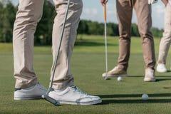 Les joueurs de golf professionnel étant prêts ont tiré une boule Photographie stock libre de droits