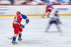Les joueurs de hockey non identifiés accomplissent pendant l'hockey Photos libres de droits