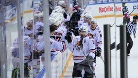 Les joueurs de hockey patinent les mains passées de jante et de claque aux sportifs banque de vidéos