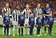 Les joueurs de Juventus avec de petits garçons écoutent hymne Photo stock