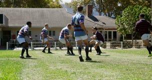 Les joueurs de rugby essayent de défendre la boule ovale de l'autre équipe 4K 4k banque de vidéos