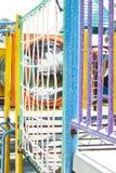 Les joueurs des enfants ont de belles couleurs sur le terrain de jeu images stock