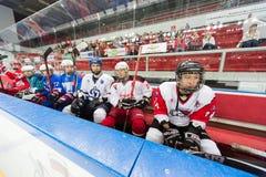 Les joueurs expérimentés attendent la cérémonie fermante de la saison de championnat Photographie stock libre de droits