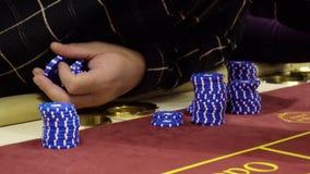 Les joueurs parie sur le rouge dans la table de roulette Casino, 4k clips vidéos