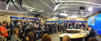 Les journalistes de media ont participé dans le pont à distance de TV Moscou - Pékin Images libres de droits