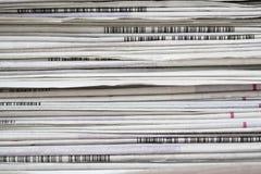 Les journaux ont plié et ont empilé le fond sur la table photographie stock