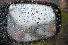 Les jours pluvieux, pluie chute sur une fenêtre de voiture Images stock