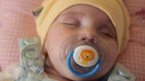Les jumeaux de nourrissons tombent endormi dans l'arène et sucent une tétine Un famille Enfants banque de vidéos