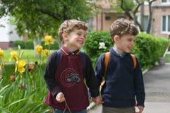 Les jumeaux identiques ont tenu des mains photographie stock libre de droits