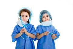 Les jumeaux soignent avec le matériel médical photographie stock libre de droits