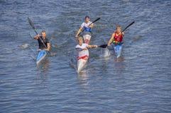 Les Kayakers emballent sur la rivière photo stock