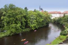 Les kayaks et les bateaux flottent sur la rivière Photo libre de droits