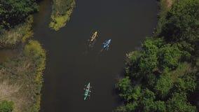 Les kayaks flottent sur la rivière clips vidéos