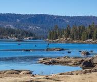 Les kayaks près étayent sur le lac mountain Image libre de droits