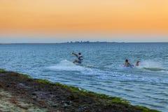 Les kitters professionnels fait un tour difficile contre le contexte d'un beau coucher du soleil photographie stock libre de droits