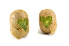 Les kiwis avec des formes de coeur ont découpé dans sa peau Photo libre de droits