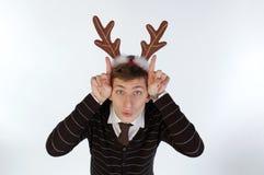 les klaxons de cerfs communs équipent les jeunes s'usants de s Photographie stock