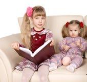 Les knits heureux de famille, enfant ont affiché le livre. Image stock