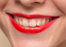 Les lèvres rouges femelles de sourire et le plan rapproché blanc sain de dents ont tiré avec Photo stock