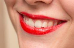 Les lèvres rouges femelles de sourire et le plan rapproché blanc sain de dents ont tiré avec Photographie stock