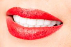 Les lèvres rouges femelles de sourire et le plan rapproché blanc sain de dents ont tiré avec Images libres de droits