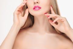 Les lèvres rouges sensuelles, bouche ouverte, dents blanches Images stock