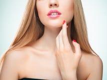 Les lèvres rouges sensuelles, bouche ouverte, dents blanches Image libre de droits