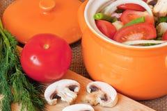 Les légumes de coupe dans un pot Images libres de droits