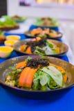 Les légumes de salade sont très sains et le corps se compose de beaucoup de types des légumes et de sauce au jus délicieuse photos stock