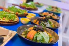 Les légumes de salade sont très sains et le corps se compose de beaucoup de types des légumes et de sauce au jus délicieuse photographie stock