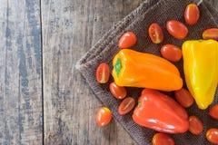 Les légumes frais sur le fond en bois images stock