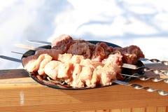 Les légumes, la viande, les champignons et le pain ont grillé à l'enjeu et au BBQ Images stock