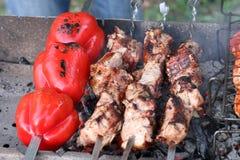 Les légumes, la viande, les champignons et le pain ont grillé à l'enjeu et au BBQ Image stock