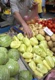 Les légumes lancent frais sur le marché photographie stock