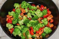 Les légumes ont cuit, dans une poêle, la cuisine végétarienne cioce  Image stock