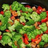Les légumes ont cuit, en poêle, poivrons et brocoli Fin vers le haut Images libres de droits