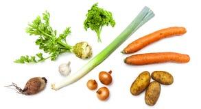 Les légumes organiques crus frais ont arrangé dans un groupe d'isolement photo libre de droits