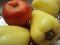 Les légumes organiques frais aiment des tomates, peper vert Photos stock