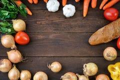 Les légumes sains se mélangent sur la table à du pain Photo stock