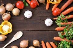 Les légumes sains se mélangent sur la table à la cuillère en bois Images libres de droits